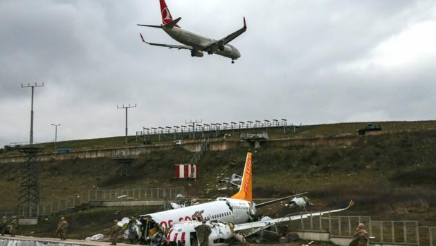 Auf dem Istanbuler Flughafen Sabiha Gökcen herrscht nach dem Crash wieder Normalbetrieb. (Bild: AP)