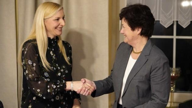 Bezirkshauptfrau-Stellvertreterin Margarete Aumayr-Feitzlmayr (r.) gratulierte Gabi Aicher von der ÖVP zum Wahlerfolg in Pichl. (Bild: Wenzel Gerhard)