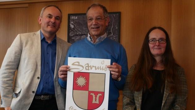 Der Serfauser Hobbyhistoriker Thomas Purtscher flankiert von den Profis Maria Heidegger und Gerhard Siegl (Bild: Daum Hubert)