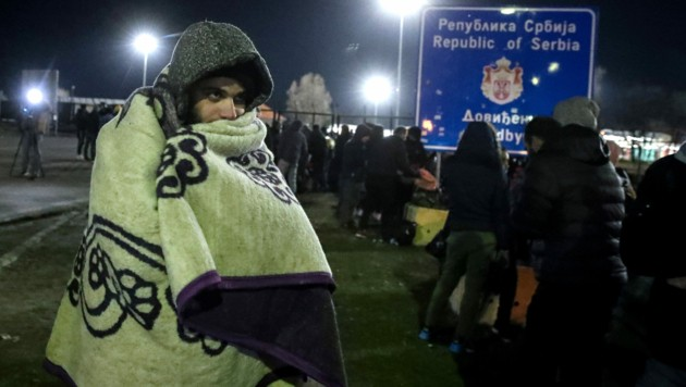 """Die serbische Polizei beendete die """"Versammlung"""" vor der ungarischen Grenze in der Nacht auf Freitag. (Bild: APA/AFP/Istvan HUSZTI)"""