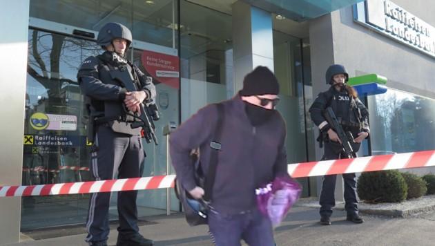 Nach der Flucht des Täters wurde die Bank streng bewacht (Bild: Schütz, Polizei)