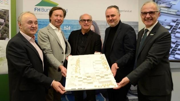 BELIG-Prokurist Anton Groszinger, Bürgermeister Kurt Maczek, Traupmann, Doskozil und Pehm mit Siegerentwurf. (Bild: Franz Weber)