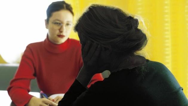 """Im Gespräch mit der """"Krone"""" erzählt die Steirerin zum ersten Mal ihre Geschichte über das Leben mit einem psychisch kranken Mann. (Auf diesem Foto ist sie durch Bildbearbeitung unkenntlich gemacht) (Bild: Jürgen Radspieler)"""