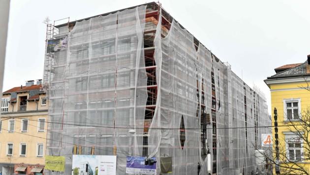 Das BFI-Gebäude an der Ecke Wiener Straße/Raimundstraße ist derzeit noch eine Baustelle, aber nicht mehr lange. (Bild: Harald Dostal)