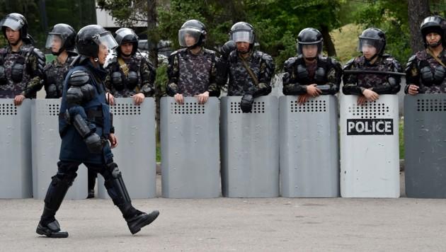 Polizisten in Kasachstan (Symbolbild) (Bild: APA/AFP/Vyacheslav OSELEDKO)