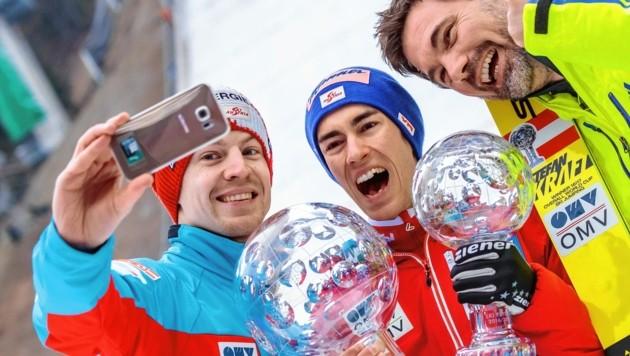 Die Erfolge werden stets im Team gefeiert: Michael Hayböck, Stefan Kraft und Patrick Murnig (von links). (Bild: EXPA Pictures. Alle Rechte vorbehalten. // EXPA Pictures. All rigths reserved.)