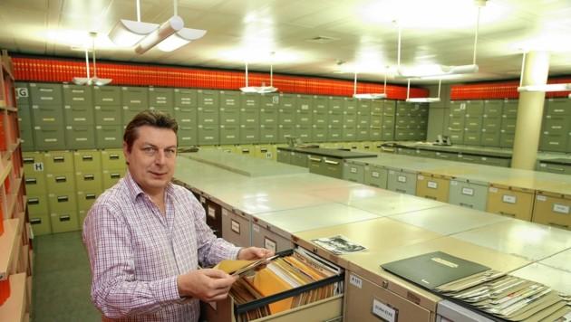 Martin Kriegel kennt das Ladensystem des alten Archivs wie seine Westentasche. (Bild: Klemens Groh)