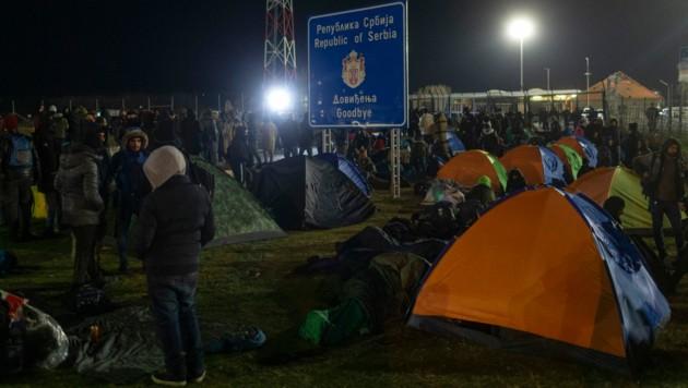 Migranten an der serbisch-ungarischen Grenze (Bild: The Associated Press)