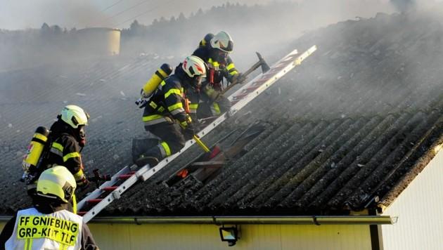 Der Dachstuhl musste aufgemacht werden. (Bild: BFVFB/Karner)