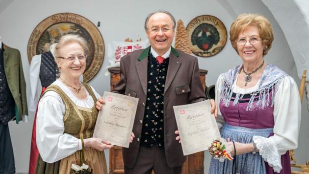 Die glücklichen Gewinnerinnen: Monika Gasser in Vertretung von Rosemarie Schönberg und Adelheid Kopatsch. (Bild: DerHandler)