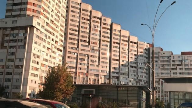 Wohnsilos und Fahrzeuge aus der Sowjetzeit dominieren in Moldaus Hauptstadt Chișinău. (Bild: Gregor Brandl)