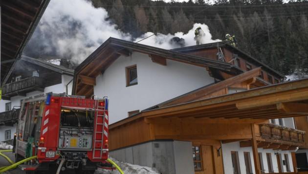 In Steinach am Brenner im Bereich Mauern brach heute gegen 07:15 ein Brand in einem Einfamilienhaus aus. (Bild: Zeitungsfoto.at/Team)