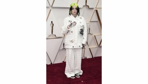 Billie Eilish in einer eigenwilligen Oversize-Kreation von Chanel (Bild: Jordan Strauss/Invision/AP)