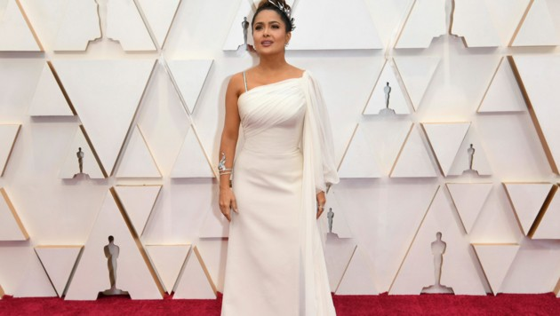 Salma Hayek sah in ihrem weißen Gucci-Dress aus wie eine griechische Göttin. (Bild: 2020 Invision)