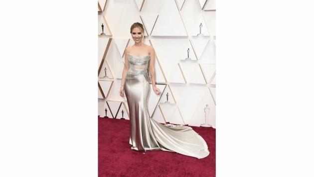 Scarlett Johansson setzte ihre Kurven in einer silbernen Robe von Oscar de la Renta perfekt in Szene. (Bild: 2020 Invision)