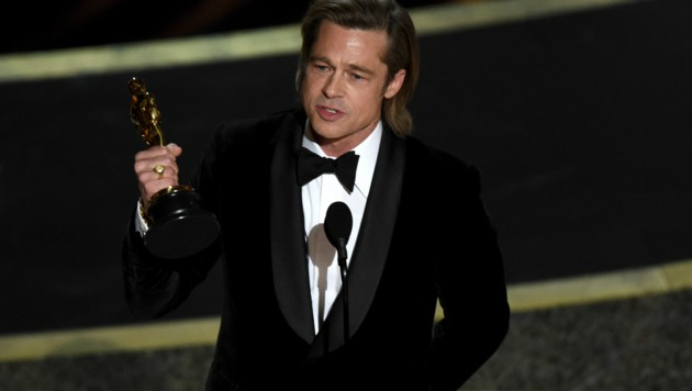 """Brad Pitt mit seinem Oscar für seine Rolle in """"Once Upon A Time ... In Hollywood"""" (Bild: Chris Pizzello/Invision/AP)"""