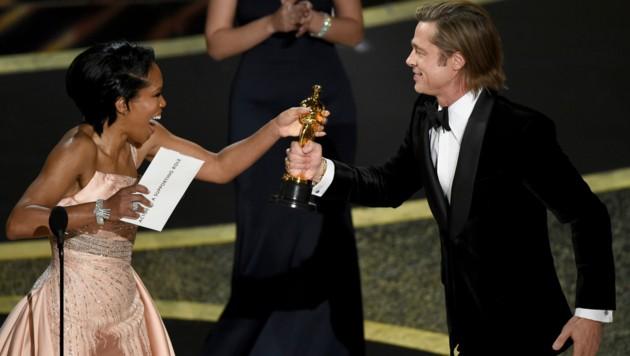 Regina King überreichte Brad Pitt seinen Oscar. (Bild: Chris Pizzello/Invision/AP)