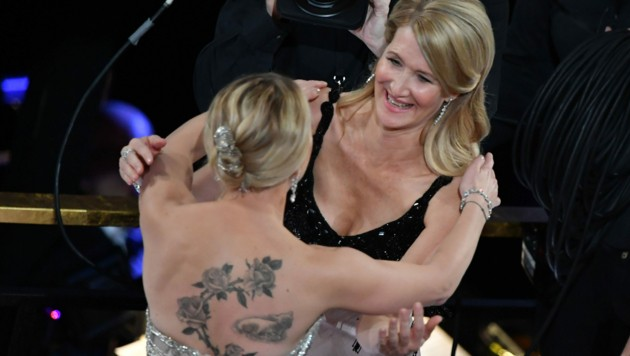 Scarlett Johansson gratuliert Laura Dern zum Sieg. (Bild: AFP)
