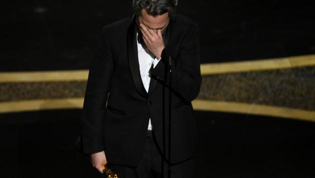 Joaquin Phoenix nahm seinen Oscar zu Tränen gerührt an. (Bild: Chris Pizzello/Invision/AP)