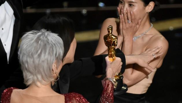 """Jane Fonda überreichte den Oscar für den besten Film an Kwak Sin Ae von """"Parasite"""" (Bild: Chris Pizzello/Invision/AP)"""