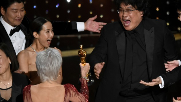"""Bong Joon Ho kann sein Glück darüber, dass sein Film """"Parasite"""" auch noch den Preis als """"Bester Film"""" gewonnen hat, gar nicht fassen. (Bild: Chris Pizzello/Invision/AP)"""