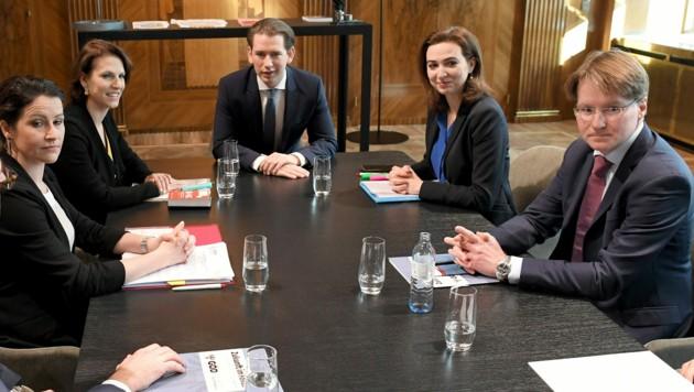 Aussprache im Kanzleramt zum Thema Justiz: Cornelia Koller, Karoline Edtstadler, Sebastian Kurz, Alma Zadic und Martin Ulrich (v. l.) (Bild: APA/ROLAND SCHLAGER)