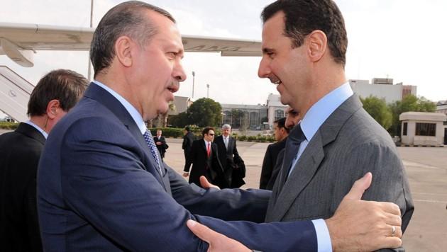 Jänner 2011: Damals war das Verhältnis des türkischen Präsidenten Recep Tayyip Erdogan (li.) mit seinem syrischen Nachbarn Assad noch intakt. (Bild: AFP PHOTO/HO/SANA)