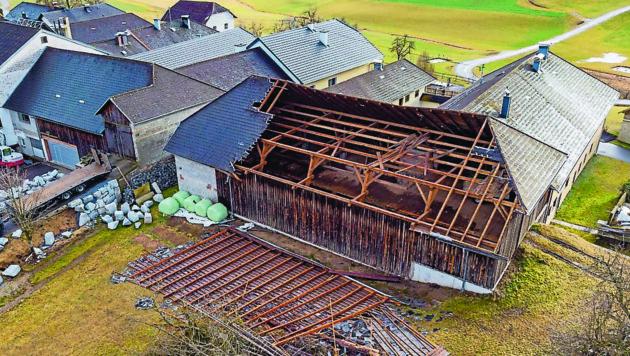 In der Ortschaft Hennerbach in Sarleinsbach wurde ein Teil eines Daches von einer Landwirtschaft abgedeckt (Bild: FOTOKERSCHI.AT / KERSCHBAUMMAYR)
