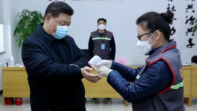 Auch der chinesische Präsident muss sich - wie alle anderen - einer Kontrolle seiner Körpertemperatur unterziehen. (Bild: Xinhua)