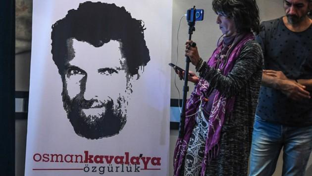 Der auf diesem Plakat abgebildete Aktivist Osman Kavala wurde kurz nach seinem Freispruch erneut festgenommen. (Bild: AFP)
