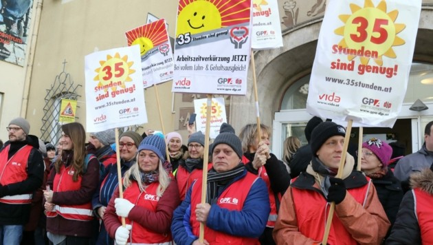 Drei Viertel der Pfleger wollen ihren Job nicht bis zur Pension ausüben: Vertreter der 125.000 Mitarbeiter der Sozialbranche fordern kürzere Arbeitszeit. (Bild: Jauschowetz Christian)
