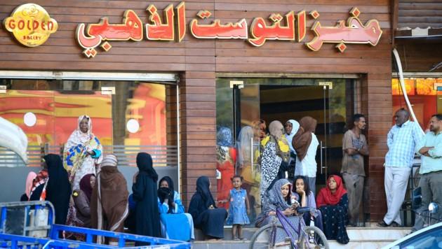 Lange Schlangen vor einer Bäckerei in der sudanesischen Hauptstadt Khartum. (Bild: AFP)