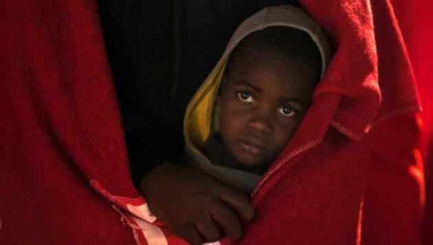 Vor der südspanischen Küste sind 119 Migranten auf zwei Booten entdeckt und in den Hafen von Malaga in Sicherheit gebracht worden. (Bild: AP)