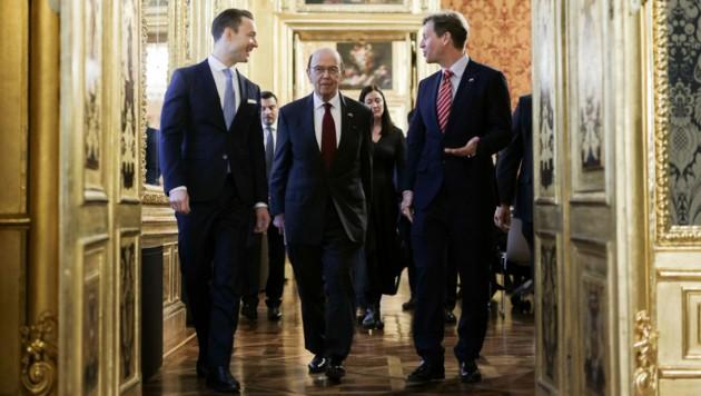 Finanzminister Gernot Blümel (ÖVP), US-Handelsminister Wilbur Ross und US-Botschafter Trevor Traina (Bild: APA/BMF/ANDY WENZEL)