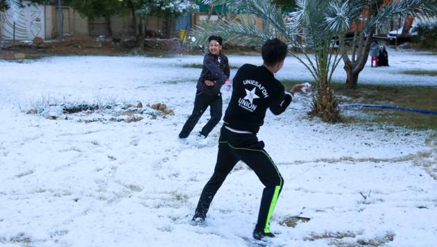 Diese beiden Buben haben noch nie Schnee gesehen. (Bild: APA/AFP/Mohammed SAWAF)