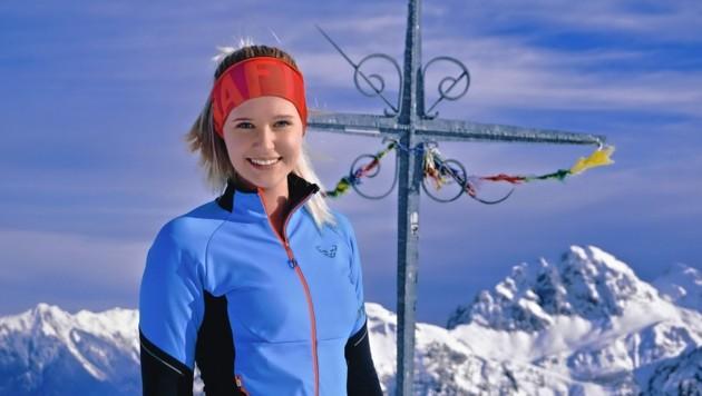 Tamina Lerchbaumer beim Gipfelkreuz auf der Madritschen. (Bild: Wallner Hannes)