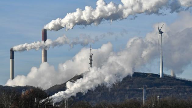 Eine BP-Raffinerie in Gelsenkirchen: Der britische Öl- und Gasgigant verstärkt seine Bemühungen und möchte bis 2050 klimaneutral werden. (Bild: AP)