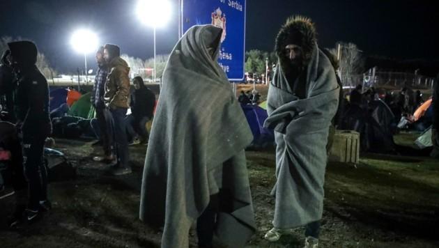 Hoffnungsvolle Botschaften aus dem Internet locken Flüchtlinge seit Tagen in Richtung ungarische Grenze. (Bild: AFP)