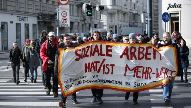 In Wien verlegten rund 1000 Mitarbeiter der Branche ihren Streik vor das Sozialministerium. (Bild: Tomschi Peter)