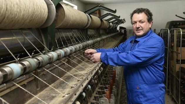 Inhaber Franz Huber verarbeitet in seiner Spinnerei nur heimische Wolle. Daraus zaubert er handgefertigte Jacken, Socken und mehr. (Bild: Holitzky Roland)