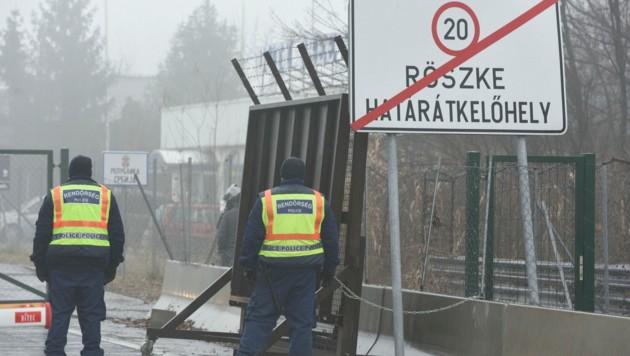 Der ungarisch-serbische Grenzübergang bei Röszke (Bild: AP)