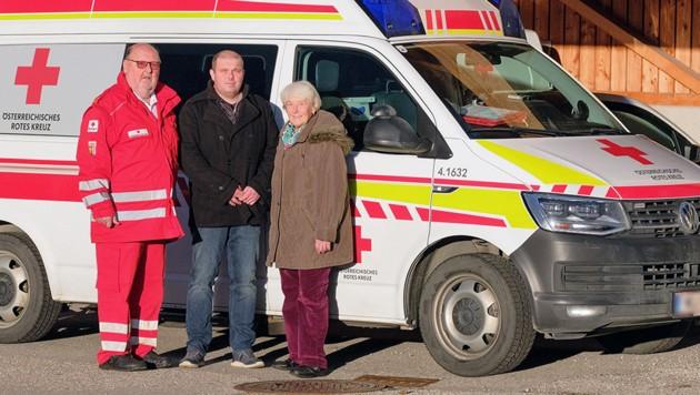 40 Jahre nach der Entbindung im Rettungswagen trafen sich Hans Kinast (li.), seine damalige Patientin Frau Wiesberger und deren Sohn Franz zu einem gemeinsamen Foto. (Bild: ÖRK/Philip Schmutz, krone.at-Grafik)