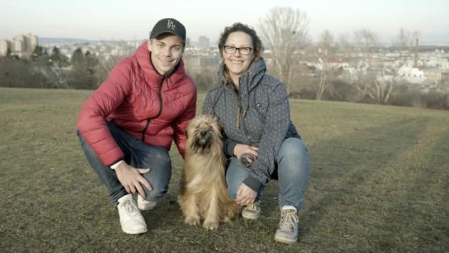 """Der erfolgreiche Hunde-Coach Lukas Pratschker gibt Gabi für """"Enzo"""" Tipps. (Bild: ServusTV/bfilm)"""