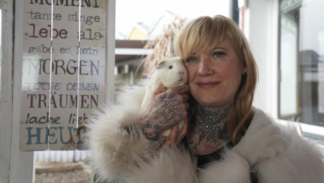 All-Inclusive-Urlaub für Meerschweinchen? Birgit Bravo macht es möglich - und wie! (Bild: ServusTV/bfilm)