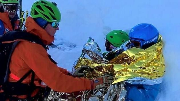 Den Schülern war schon ziemlich kalt, Bergretter wärmten sie unter anderem mit Aludecken. (Bild: Bergrettung Obertraun)