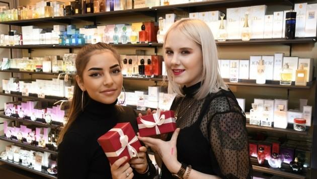 Parfums verschenken eher Männer ab 35 Jahren, erzählen Verkäuferinnen Marie und Nathalie. (Bild: Andreas Fischer)