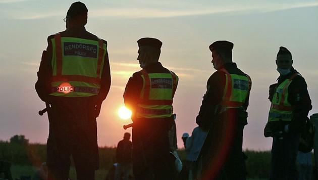 Ungarische Polizisten am Grenzübergang Röszke im Süden des Landes (Bild: APA/AFP/FERENC ISZA)