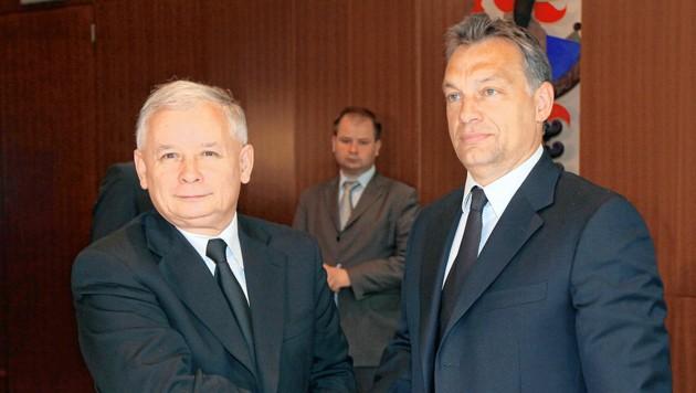 Archivbild: Jaroslaw Kaczynski (links) und Viktor Orban bei einem Treffen in Warschau im Jahr 2010 (Bild: EPA/Pawel Supernak)