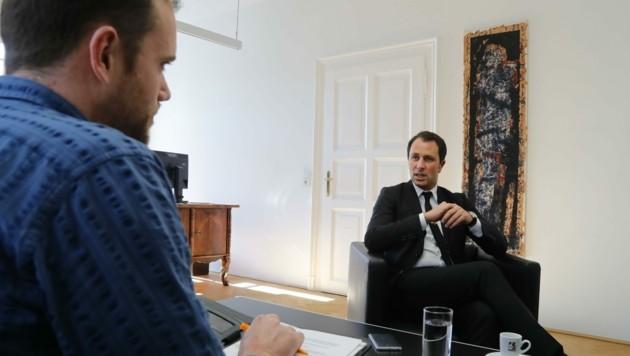 """Georg Dornauer im Gespräch mit Manuel Schwaiger, Redakteur bei der """"Tiroler Krone"""" (Bild: Birbaumer Christof)"""