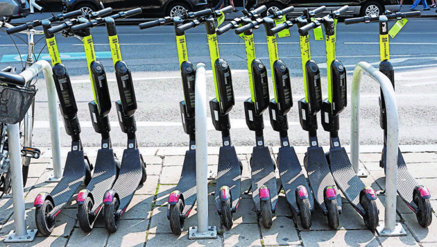 Neos-Gemeinderat Pit Freisais will die E-Scooter unbedingt in Steyr herumkurven sehen (Bild: Ernst Weingartner / picturedesk.com)